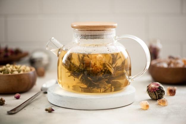 ガラスのティーポットで淹れたお茶の花