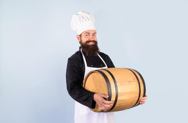 ビールのお祝いオクトーバーフェストフェスティバルひげを生やした料理人のアルコール木製樽を成熟させるための醸造所