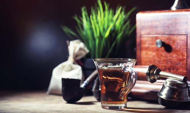 朝、木製のテーブルでお茶を淹れる