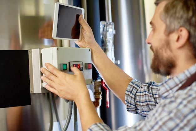工場で機器をセットアップする醸造技術者