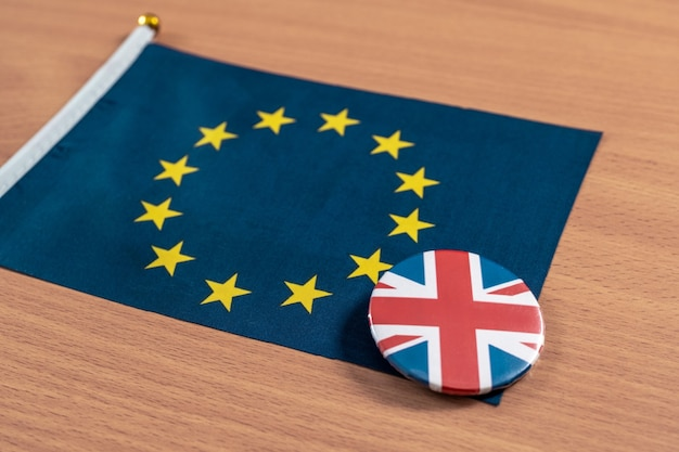 Brexit, 테이블에 함께 재킷 아이콘에 영국 국기와 함께 유럽 연합 국기.