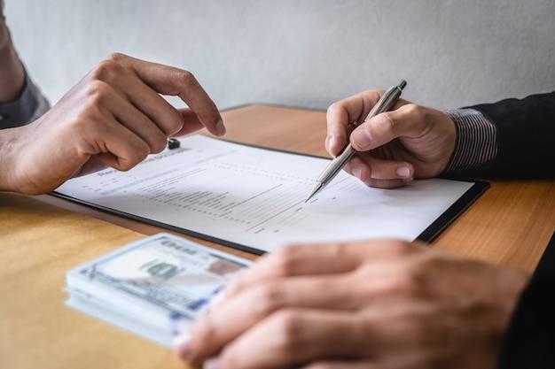 ビジネス違法なお金で不正な不正行為、ビジネスマンに封筒で賄briを与えるビジネスマンは、投資、贈収賄、腐敗の概念の契約を成功させる