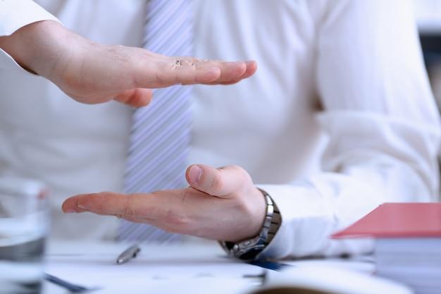 オフィスのクローズアップでの会議の会話中に関節の男性の腕。提案は、提案提案賄bri需要の概念を示しています