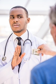 医者は病院で賄briを拒否します。