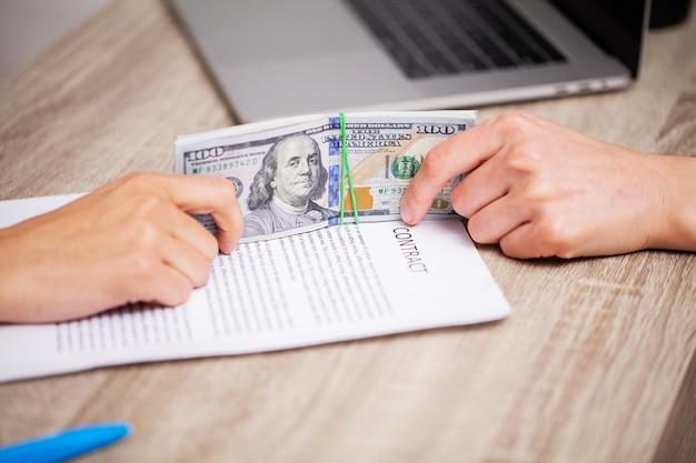 Концепция взяточничества, крупный план предложения взятки