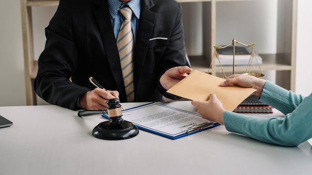 사무실에서 계약 문서를 가진 변호사의 뇌물.