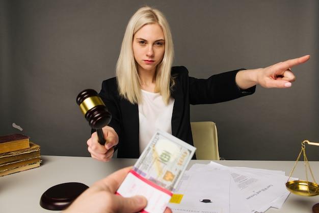 Подкуп молодой женщины-судьи для вынесения приговора в их пользу-image