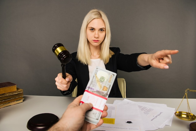 Подкуп молодой женщины-судьи для вынесения приговора в их пользу