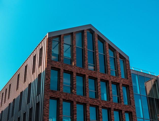 Кирпичное здание с множеством больших окон