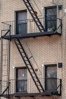 ニューヨーク市の消防階段のあるレンガ造りの建物