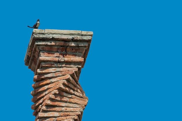 오래 된 집의 벽돌 굴뚝