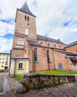 에스토니아 도시 타르투에 높은 탑이 있는 벽돌 기독교 교회입니다.