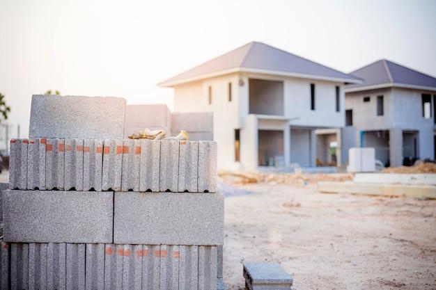 建設現場の外壁に石積みのためのレンガ。