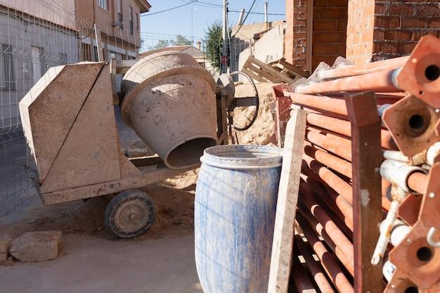 建設中のれんが造りの家、セメント、れんが。