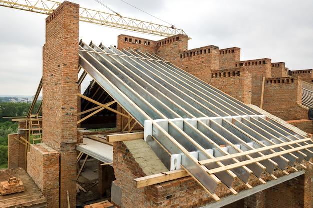 建設中の木造屋根フレームのれんが造りの家