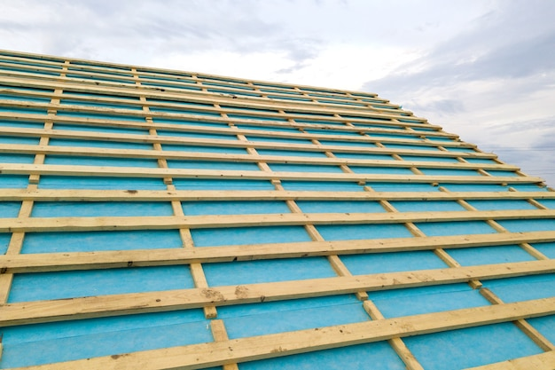 건설중인 목조 지붕 프레임 벽돌 집입니다.