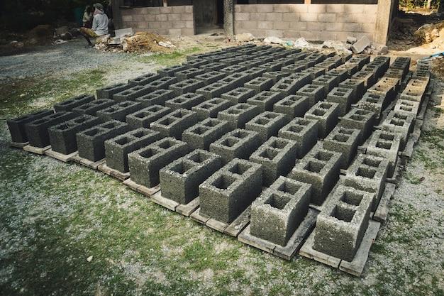 벽돌 만들기 흙을 상자 모양으로 빚어 햇볕에 말려 다음 공정에 사용하는 전통적인 벽돌 만들기