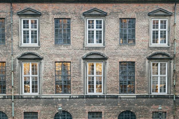 Esterno di un vecchio edificio in mattoni Foto Gratuite