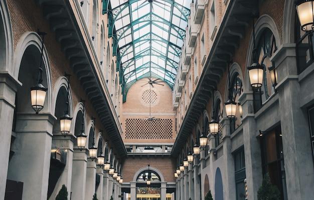 ミラー屋根付きレンガ造りのヴィンテージ建築ホール