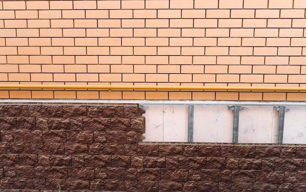 Кирпичная стена и кладка на фасад здания жилого дома