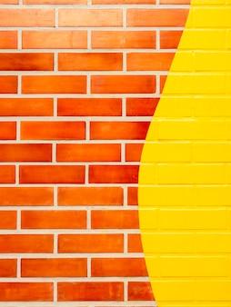 노란색 페인트 벽돌 벽 배경입니다. 생생한 컬러 벽돌 벽 텍스쳐, 수직 스타일에 빈 공간.