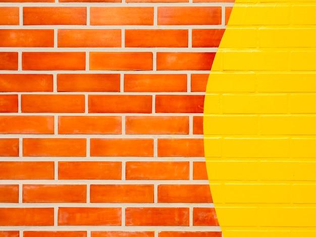 노란색 페인트 벽돌 벽 배경입니다. 생생한 컬러 벽돌 벽 텍스처에 빈 공간입니다.