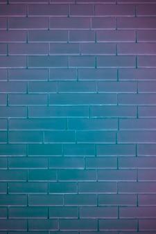 Кирпичная стена в неоновом свете