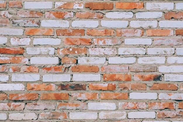 階乗のレリーフと白赤の色のレンガの壁