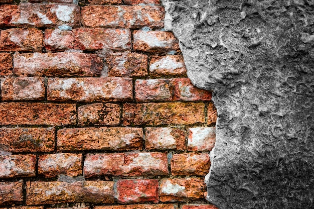 Кирпичная стена с трещинами бетона