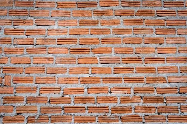 Кирпичная стена со свежим цементом