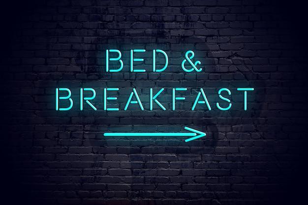 Кирпичная стена с неоновой стрелой и завтраком кровати знака