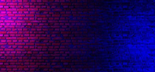 네온 불빛으로 벽돌 벽