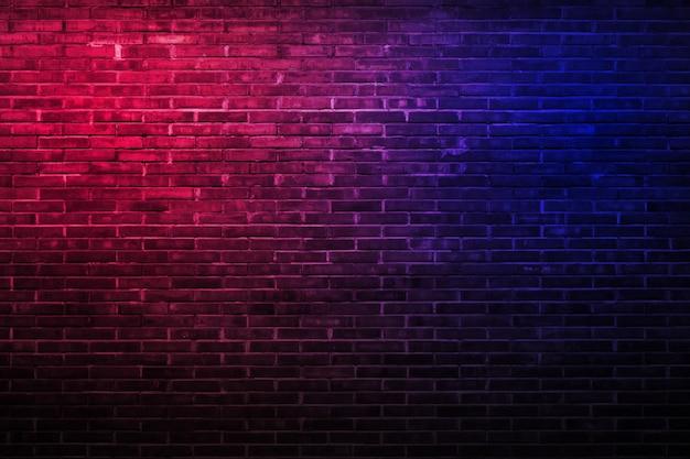 赤と青のライトの背景とレンガの壁
