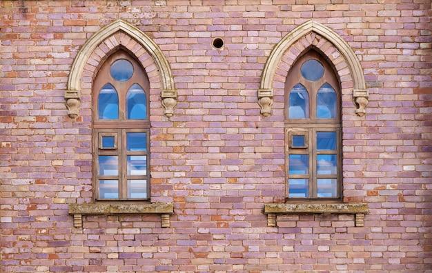 ゴシック様式の2つの窓があるレンガの壁。建築のゴシック様式