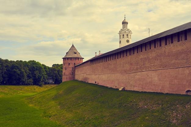 노브고로드에 있는 크렘린의 벽돌 벽.