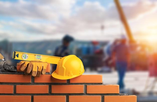 レンガ組積造を設置する煉瓦工の産業労働者