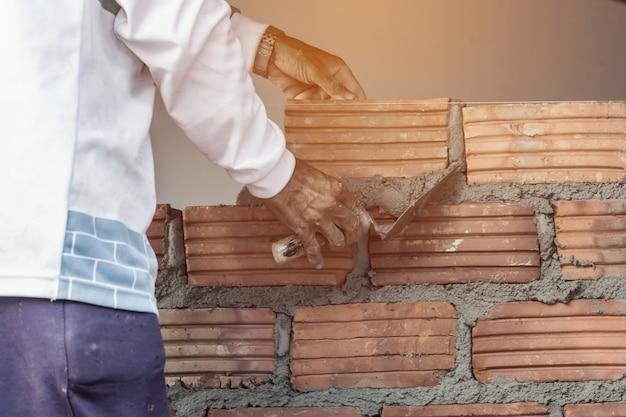 Работающий каменщик