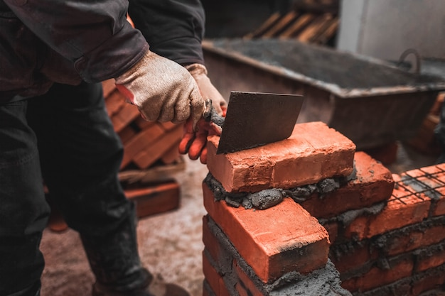 煉瓦工は壁を作るためにレンガを置きます