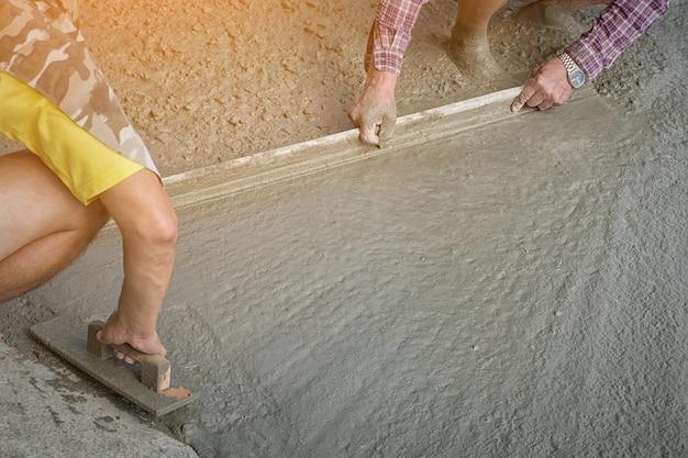 Каменщики в строительстве