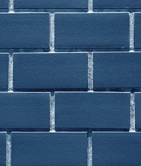 背景に藍色のレンガの壁