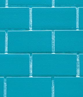 背景の鮮やかなアイスブルー色のレンガの壁