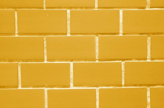 背景の鮮やかな黄色のレンガの壁