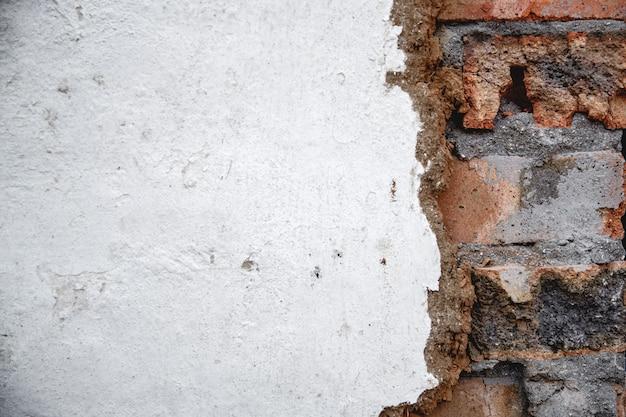 찰흙의 잔재와 함께 bricksold 벽돌 벽입니다. 배경, 낡은 질감. 철거 전 벽
