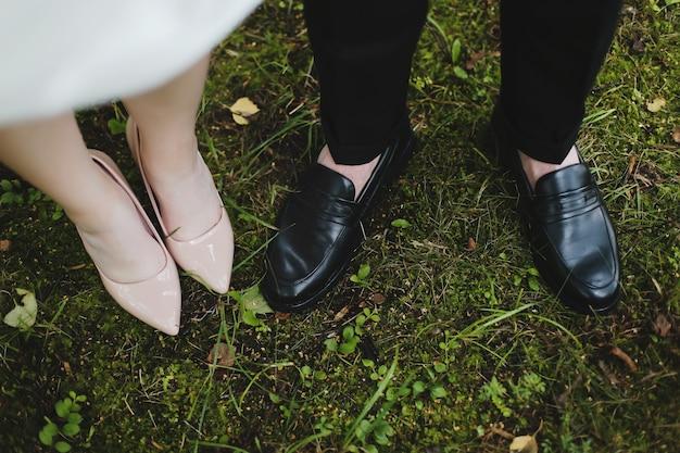 Свадебные туфли и свадебные туфли жениха на траве