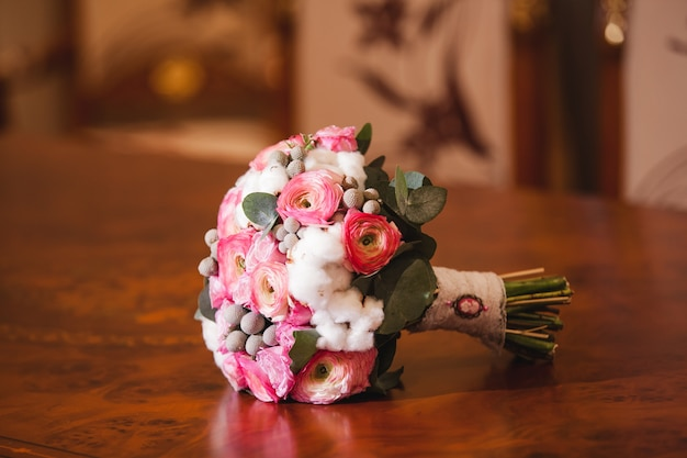 신부 부케. 리본 파스텔 핑크 장미의 아름 다운 피 꽃다발