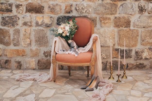 Букет невесты из белых и кремовых роз в кресле