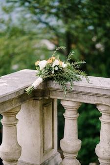 흰색과 주황색 장미 eringyum ammi 회양목 가지 alstroemeria 흰색의 신부 부케