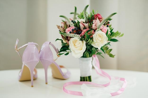 흰색과 분홍색 장미 회양목 가지 아 로니아 베로니카 꽃 분홍색과 흰색의 신부 부케