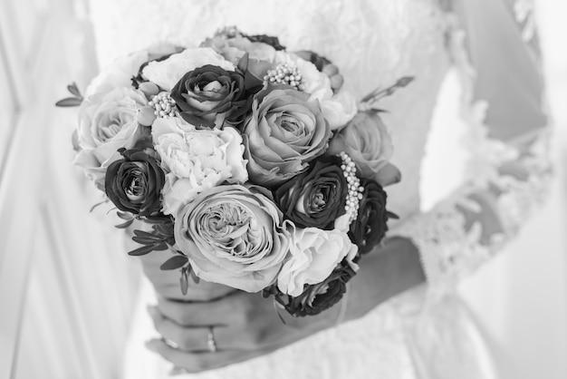 ブライダルブーケ結婚式の日の花嫁の花束を保持します