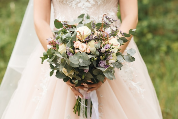 Детали свадебного утра. свадебный красивый букет в руках невесты